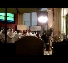 عامل شغال في مقهى يصلي بالشباب وهم جايين على شان كاس العالم