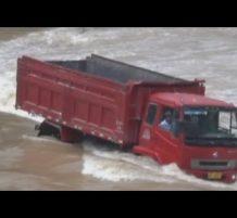 إنقاذ سائق شاحنة صيني