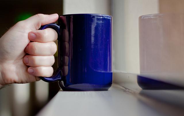 حمل كوب القهوة