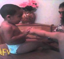 طفل يقوم بخدعة سحرية
