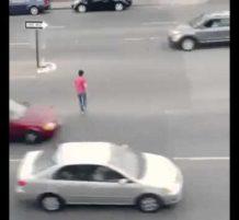 متهور يعبر الطريق