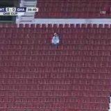 جالس لوحده يتابع الغرافة