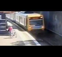 رجل مسن يسقط أمام قطار