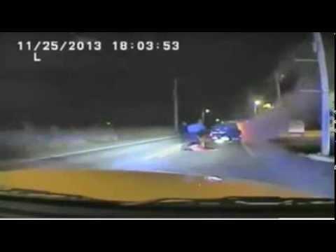 إنقاذ سائق من سيارة تحترق