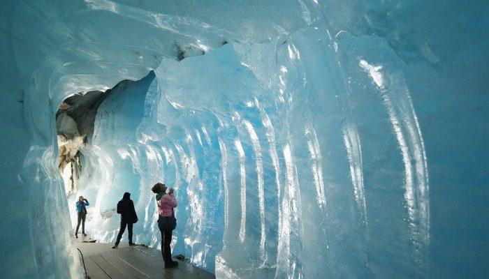صور حول العالم: زوار يتفقدون نفق جليدي داخل جبل في سويسرا..