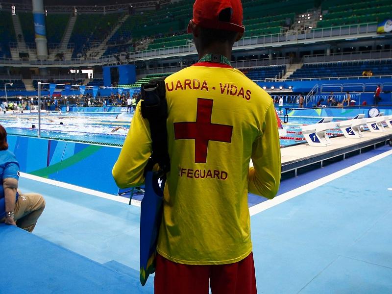 منقذ في المسابح الأولمبية