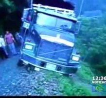 شاحنة تنقلب بالسائق