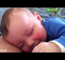 رضيع يضحك بصوت مرتفع أثناء نومه