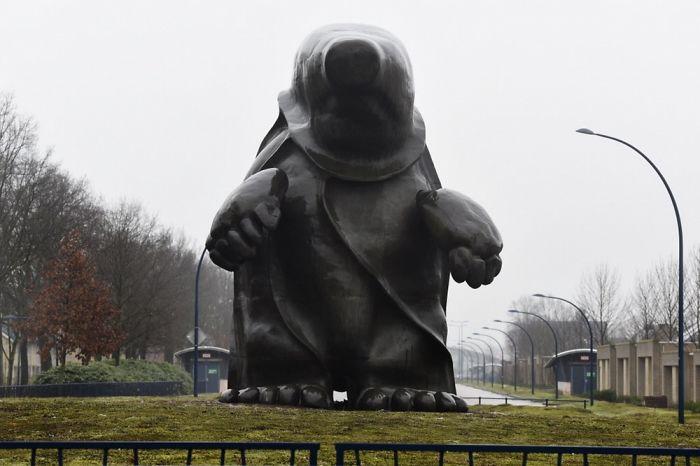 تماثيل غريبة