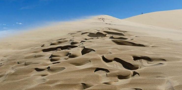 وش سر غناء الكثبان الرملية في صحراء كازاخستان