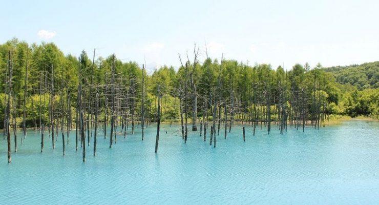 بحيرة في اليابان يتغير لونها مع تغير أحوال الطقس