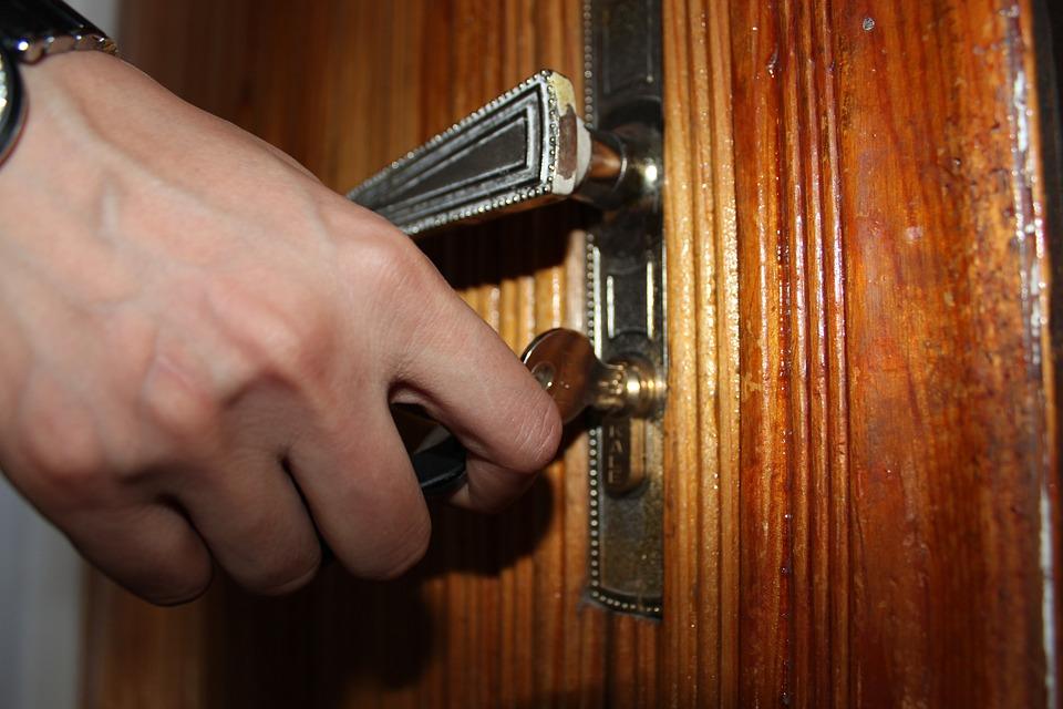 قفل مفتاح الباب مرتين