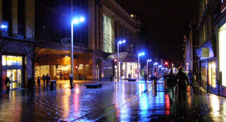 لماذا تُضاء شوارع اليابان وأسكتلندا بـ الأضواء الزرقاء خلال الليل؟