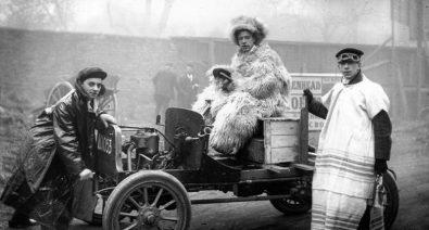 لماذا كان سائقي السيارات قديماً يلبسون ملابس غريبة عند القيادة؟