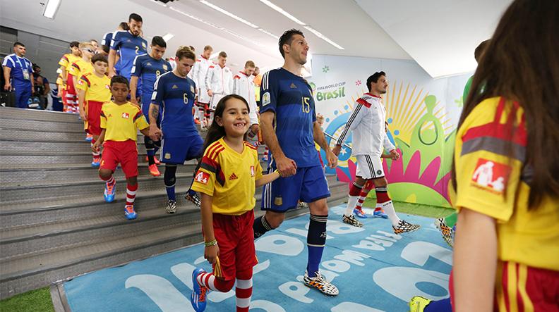 دخول لاعبي كرة القدم مع الأطفال