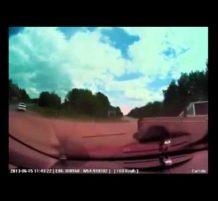 سيارة تنقلب على الطريق