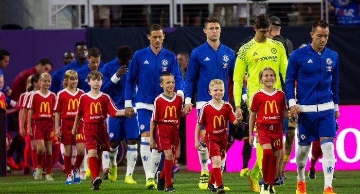 لماذا يدخل لاعبي كرة القدم الملعب بصحبة الأطفال؟