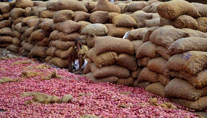 صور حول العالم: مزارع هندي بانتظار الزبائن في سوق البصل والمزيد..