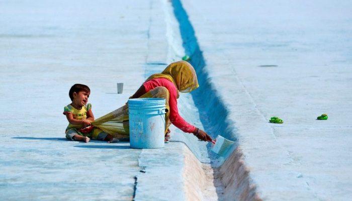 صور حول العالم: هندية تدهن أرضية حمام سباحة والمزيد..