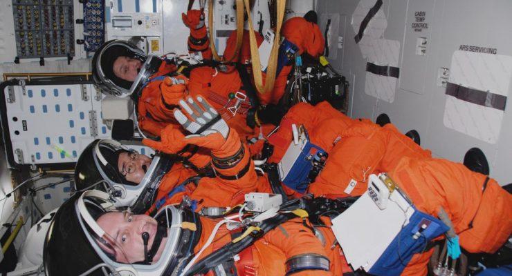 لماذا يرتدي رواد الفضاء بدلة برتقالية اللون عند الانطلاق نحو الفضاء؟