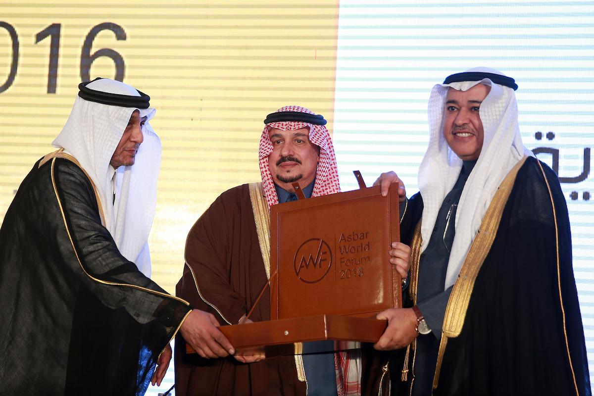 د. البياري يتسلم درع التكريم من سمو أمير الرياض