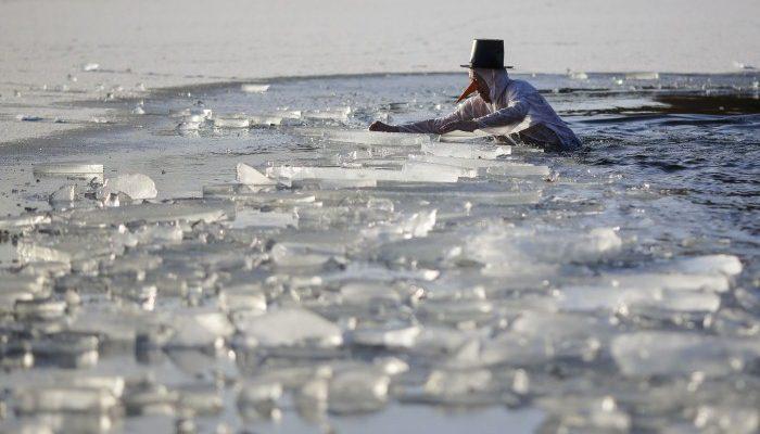 صور حول العالم: رجل يسبح في بحيرة متجمدة في برلين والمزيد..