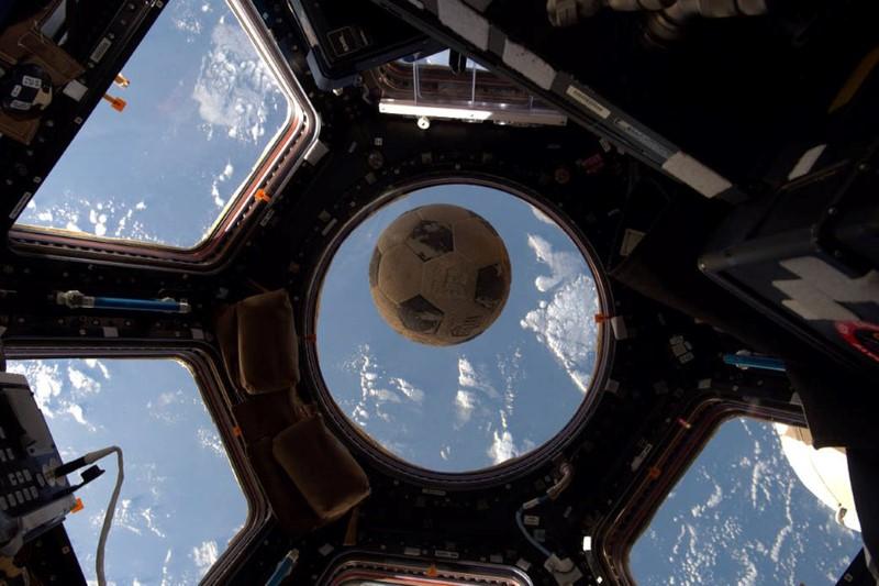 كرة القدم حول الأرض