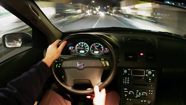 لماذا تقود بعض البلاد السيارات على جهة اليمين وأخرى اليسار؟