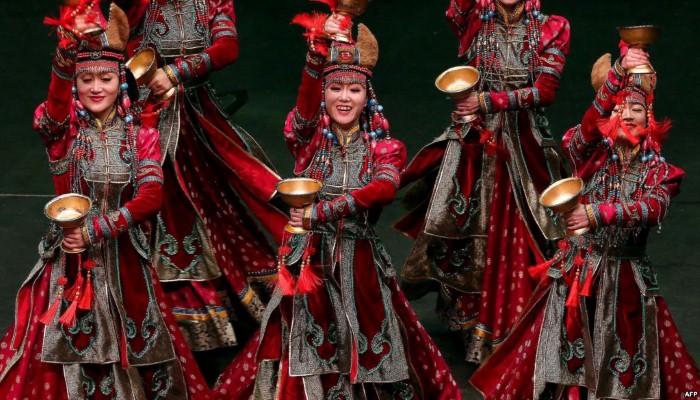 صور حول العالم: عرض فرقة منغولية في معرض فني بمدينة الكويت..