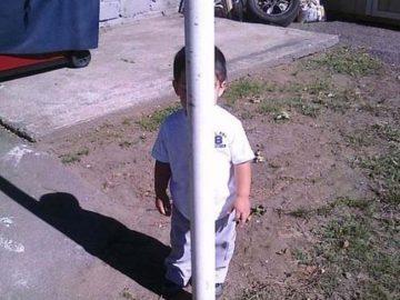 طفل يلعب الغميمة