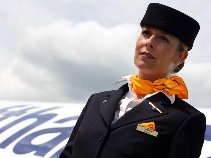 ماذا يكتشف عنك مضيفو الطيران من نظرة على باب الطائرة؟