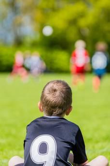 طفل يلعب الكرة