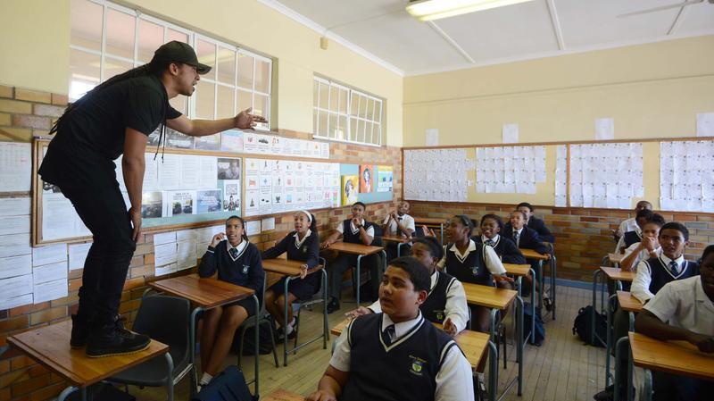 مُعلم يستخدم أغرب طريقة لتعليم طلابه الرياضيات!