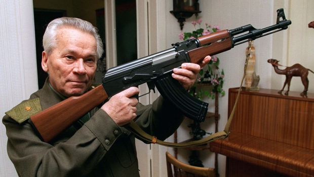 كلاشينكوف مع سلاحه