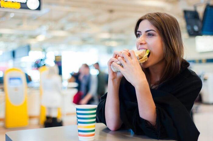 امرأة تتناول الطعام