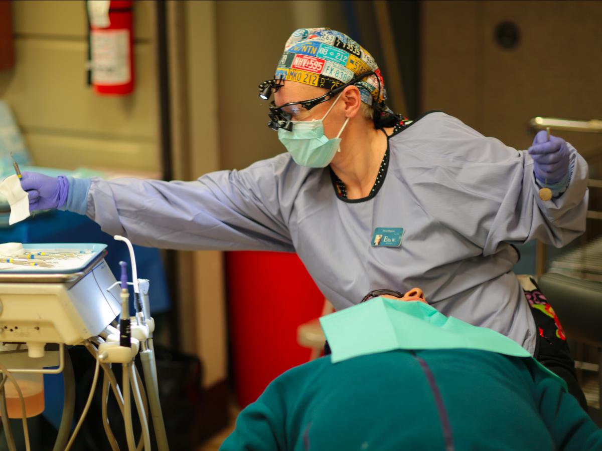 طبيب اسنان من الوظائف المدمرة للصحة