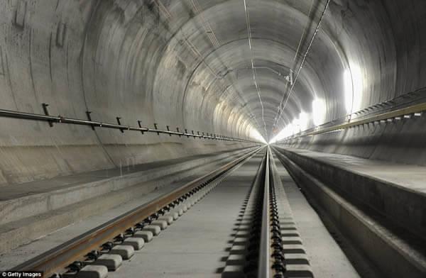 قطار يمر خلال أطول نفق للقطارات