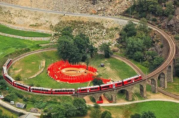 قطار يمر عبر جسر Brusio الحلزوني