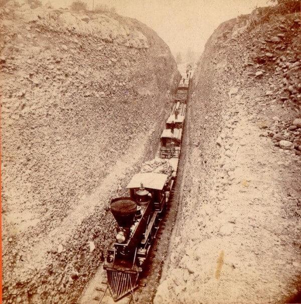 قطار يمر عبر شقوق في الوادي