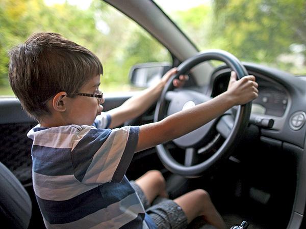 طفل تعلم قيادة السيارة