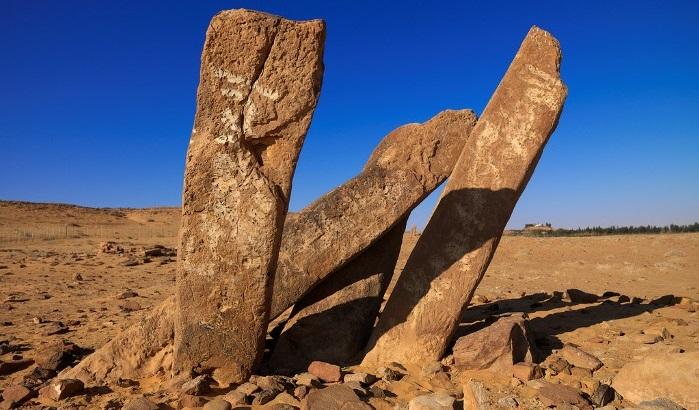 سر أعمدة الرجاجيل في صحراء الجوف