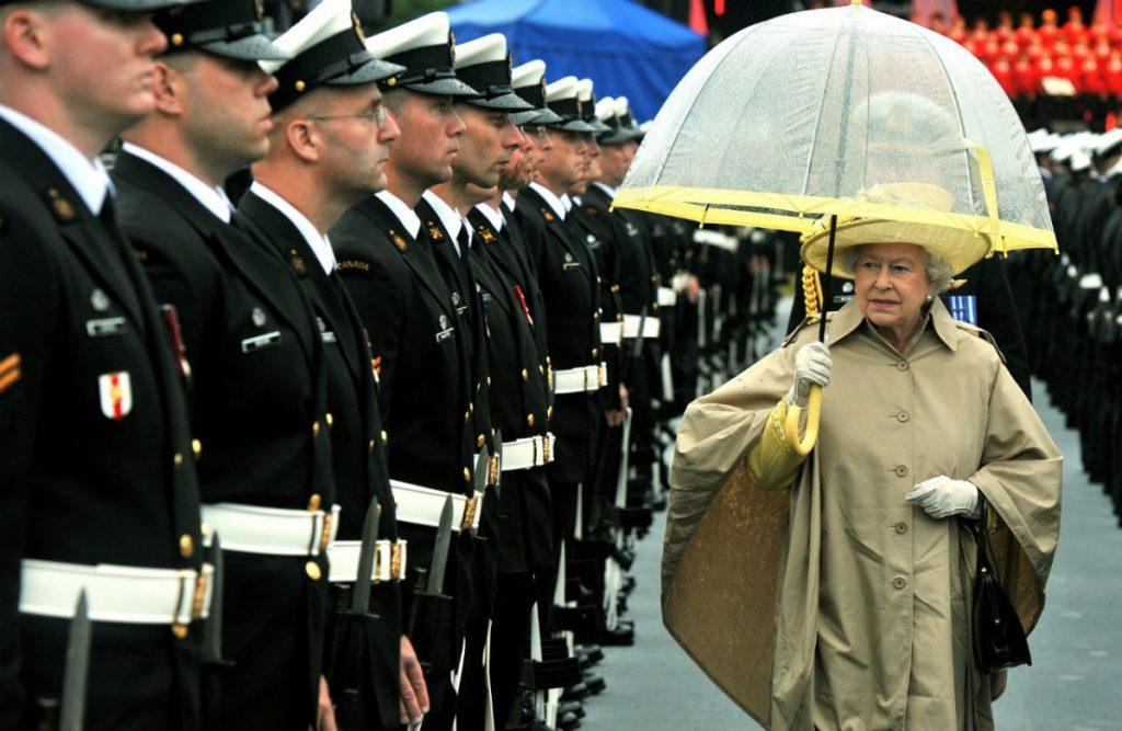ماركات لا تتخلى عنها الملكة إليزابيث في حياتها اليومية!