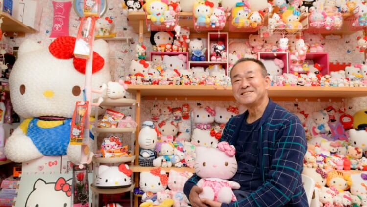 """عجوز ياباني يمتلك أكبر مجموعة من دمى """"هيلو كيتي"""" !"""