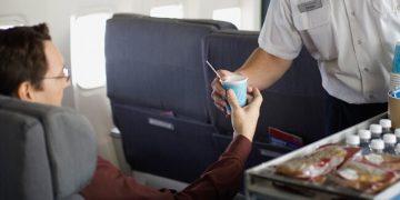 مشروبات في الطائرة
