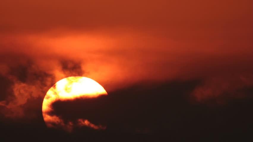 الشمس برتقالية اللون
