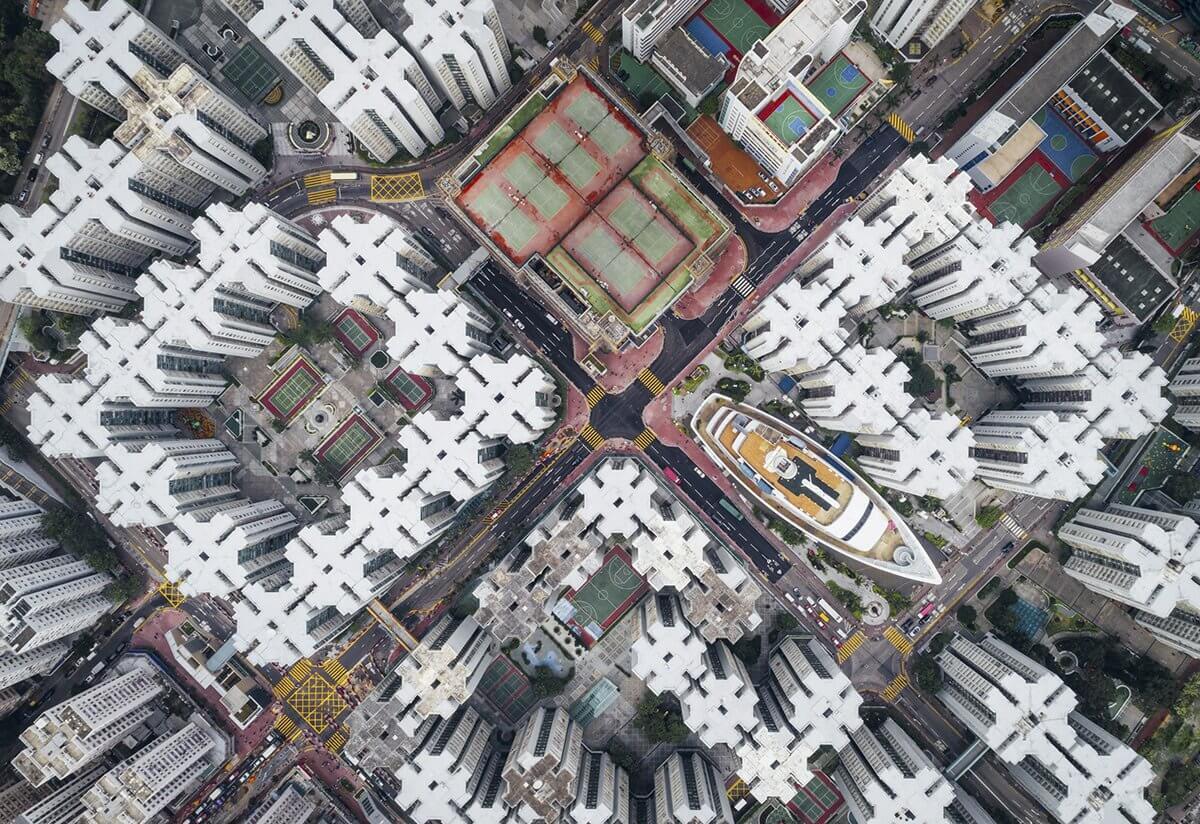 سفينة بين مباني هونج كونج