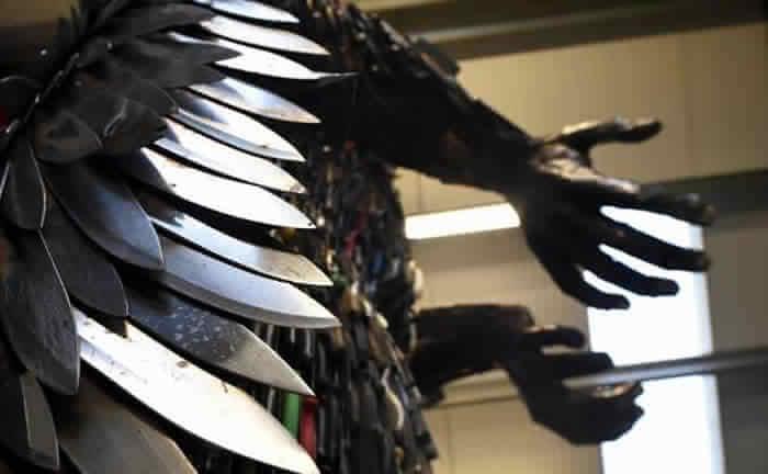 مجسم من السكاكين