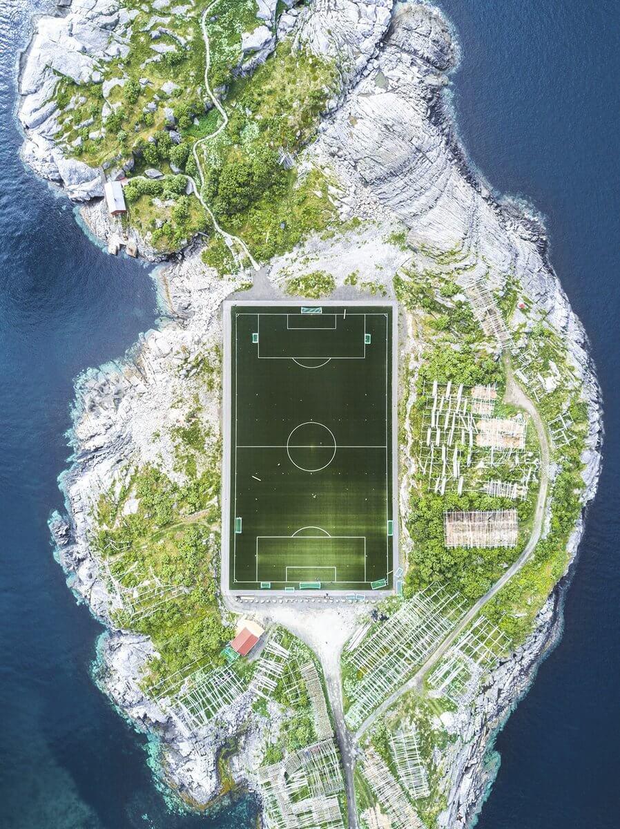 ملعب على جزيرة بالنرويج