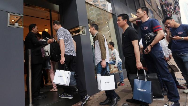 لماذا يفتقر الموظفين بالمحلات الكبرى اللباقة وفن التعامل؟