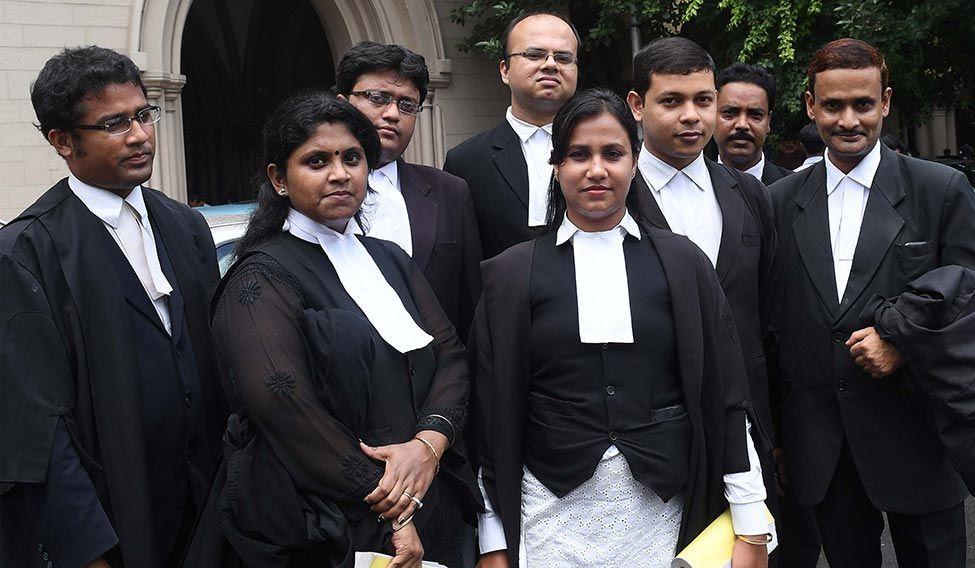 يرتدي المحامي روب أسود
